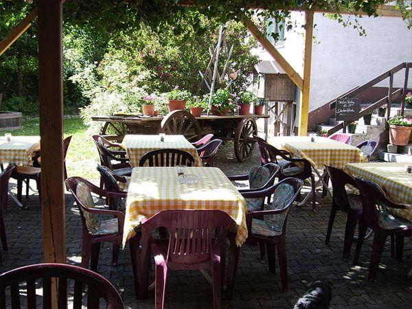 Biergarten - Tische und Stühle